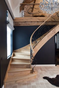 nice shape of staircase // em Staircase Railing Design, Luxury Staircase, Iron Stair Railing, Stair Handrail, Stair Gallery, Cosy House, Beautiful Stairs, Stair Detail, Stair Steps