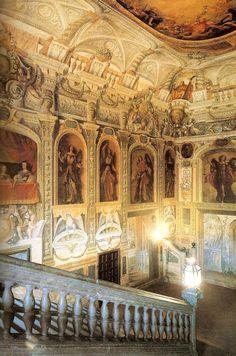TRAMPANTOJOS EN EL MONASTERIO DE LAS DESCALZAS REALES .La escalera principal (en la fotografía) es realmente espectacular, con murales del siglo XVII, obra de pintores de la Escuela Madrileña.