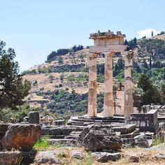 My Greek memories of Delphi la città di #Delphi è stata una piacevole scoperta durante il nostro on the road in #Grecia una piccola località tra le alture da cui si gode un panorama sensazionale sul Golfo di Corinto. Ma il vero tesoro di questo luogo sono le rovine dell'epoca classica tra cui il Tempio di Atena che vedete in foto. Delphi è tutta da scoprire! [link al post --> http://ift.tt/20UuUcq ]
