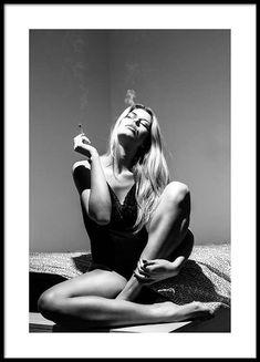 Smoking woman Plakat i gruppen Nyheder hos Desenio AB Shooting Photo Boudoir, Boudoir Photos, Women Smoking, Girl Smoking, Photos Corps, Photographie Art Corps, Bouidor Photography, Boudior Poses, Sexy Poses