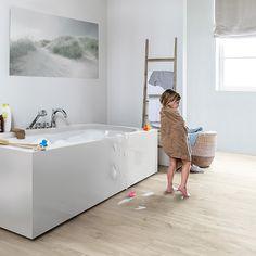 Mise en ambiance sol Livyn BACL40038 - Chêne Canyon beige Longueur: 125,1 cm - Largeur: 18,7 cm - Épaisseur: 4,5 mm Boîte: 2,105 m² Nombre de planches par boîte : 9 Ne craint pas l'eau, idéal poue une salle de bains.