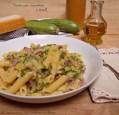 La pasta con zucchine e speck è un primo piatto molto cremoso, veloce e saporito che si prepara in quindici minuti. Non contiene nè burro nè panna