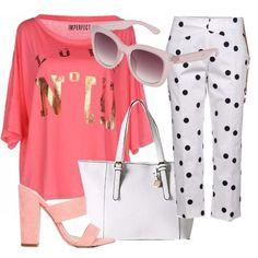 Vestite bene ci fa sentire forti. Maglia over-size color salmone con scritte in oro, pantaloni capri bianchi a pois neri, borsa bianca e sandali con tacco comodo e strappi larghi in camoscio rosa.