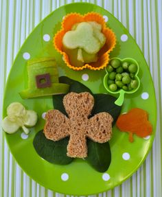 Bentoriffic shamrock & leprechaun hat snack plate for preschool lunch.we can make with her faves Veggie Snacks, Kid Snacks, St Patricks Day Food, Saint Patricks, Preschool Snacks, Preschool Ideas, Preschool Crafts, Little Lunch, St Paddys Day