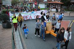 El desfile de Olentzero del colegio Arteagabeitia reivindica que se haga un patio cubierto