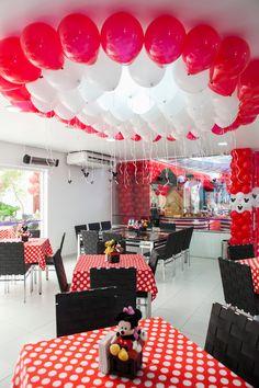 Minnie,disney,andrea+guimaraes,d2,ju+françozo,balões.guacirema,decoração,cenario+balões,puma,festa,party,menina,vermelha+(12).jpg (1066×1600)