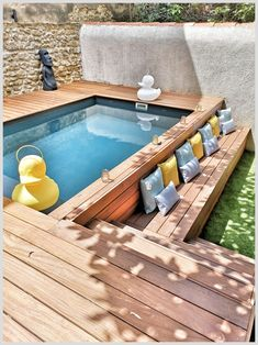 Do you have an outdoor pool and dream of a swimming pool? Laure, interior designer of Nostra Secrets d'Intérieur took up the challenge in this course, without access, in the city center. Above-ground swimming pool with cumaru exotic wood beach.