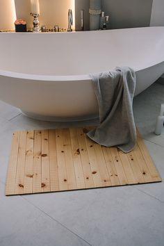 Was Körper und Seele guttut, sollte man stets um sich haben. Frei nach diesem Motto vertraut man seit Jahrhunderten auf die positiven Eigenschaften von Zirbenholz und setzt es als Holz für Möbel und Wände ein. Jetzt gibt es auch einen Teppich aus Zirbenholz. Er besteht aus geölten dünnen Zirbenholzlatten, die Oberfläche ist leicht gewellt und für die bloßen Füße besonders angenehm. Clawfoot Bathtub, Motto, Turning, Shopping, Decorating