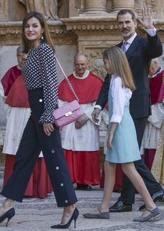 La reina Letizia junto a su marido y su hija pequeña hacen su entrada en el templo religioso para asistir a la tradicional Misa de Pascua