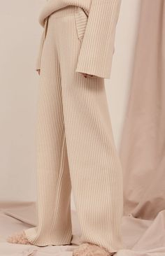This pair of soft ribbed fabric pants are *SO* gorgeous. Look Fashion, Autumn Fashion, Fashion Outfits, Fashion Design, Fashion Women, Lounge Outfit, Lounge Wear, Lounge Pants, Valentine's Day Outfit
