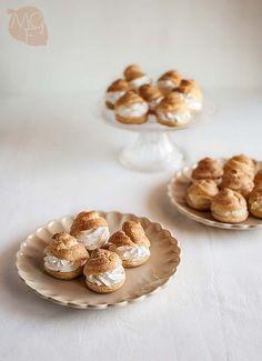 Tradicionales bocaditos de nata o profiteroles, rellenos de nata o crema pastelera, con salsa de chocolate, paso a paso