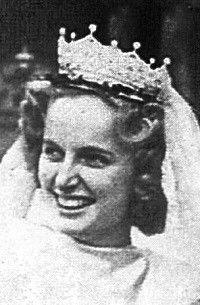 Regina, princesse de Saxe-Meiningen, porte à l'occasion de son mariage avec Otto de Habsbourg-Lorraine, archiduc d'Autriche, prince royal de Hongrie et de Bohème, le diadème de l'impératrice Zita.