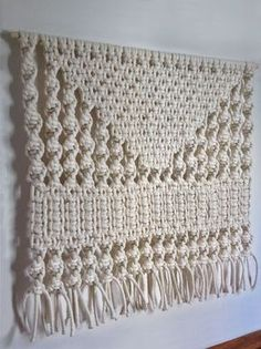 love this pattern Macrame Design, Macrame Art, Macrame Projects, Macrame Knots, Macrame Wall Hanging Patterns, Large Macrame Wall Hanging, Macrame Patterns, Hanging Plants, Macrame Wall Hangings