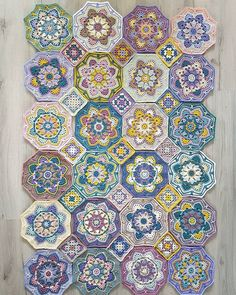 Dat gaat de goede kant op. De 15 grannies zijn ook klaar! Het moet allemaal nog wel aan elkaar genaaid worden hoor. Nu nog de driehoekjes aan de zijkanten en in de hoeken. En niet vergeten de rand. #persiantilesblanket #stylecraftdkspecial #hakenisleuk #samenhaken #haken #häkeln #crochet Crochet Square Patterns, Crochet Squares, Crochet Blanket Patterns, Crochet Granny, Crochet Mandala, Crochet Motif, Crochet Stitches, Crochet Hooks, Peacock Pattern