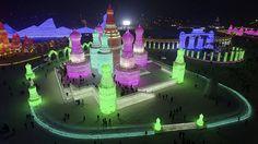 - Turistas visitam as esculturas de gelo durante teste de iluminação do Festival de Harbin, na China. Foto: Stringer / Reuters