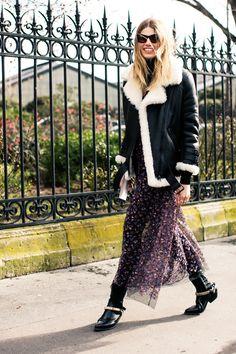 Manteau en peau lainée et jupe folk à la Fashion Week automne-hiver 2016-2017 de Paris Photo par Sandra Semburg