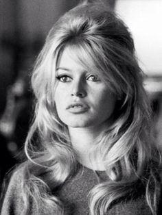 Sophia Loren. Linda até sem maquiagem nenhuma.