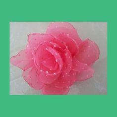 Delicada y hermosa rosa que puedes llevar en el cabello o en una prenda de vestir