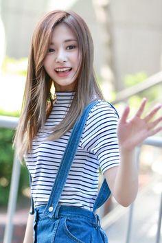 Tzuyu (Twice) reminded me I need a blusher, pink eyeshadow and tomato lips. Nayeon, Kpop Girl Groups, Kpop Girls, K Pop, Twice Tzuyu, Kpop Girl Bands, Beautiful Asian Girls, Asian Woman, Korean Girl