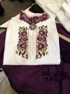 beautiful embroidery on a Norwegian Bunad blouse. Folk Embroidery, Machine Embroidery Patterns, Embroidery Ideas, Folk Fashion, Ethnic Fashion, Scandinavian Embroidery, Satin Stitch, Folk Costume, Embroidered Blouse
