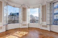 Dans un immeuble de type haussmannien, bel appartement d'angle très lumineux à réaménager entièrement. D'environ 160 m² il se compose de 6 pièces agencées en étoile dont un salon en rotonde avec une très belle vue.