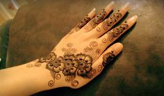Henna Mehndi hands simple designs for girls for Mehndi Day of Wedding in Pakistan, India and Bangladesh. Cone Mehndi Back hand Designs are most popular now a days among young girls and women during the shadi season.