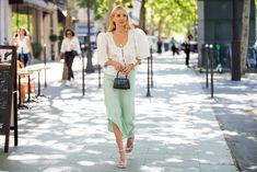 Style White Heels With a Puff-Sleeve Top Silver Open Toe Heels, Silver Kitten Heels, White Heels, Kitten Heels Outfit, Heels Outfits, Light Blue Skinny Jeans, Ripped Skinny Jeans, Elle Fashion, Fashion Trends