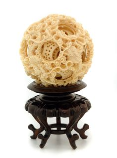 Unbelievable craftsmanship in carved Ivory: these balls were carved within eachother, each one smaller as you get further in. Art Carved, Bone Carving, Sculpture, Chinese Art, Japanese Art, Rock Art, Decorative Items, Horns, Amazing Art