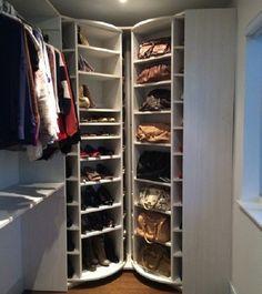 Sapateira giratória embutida no closet. Praticidade.