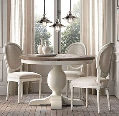 Diningroom inspiration Round Dinning Room Table, White Dining Table, Dining Room Table Decor, Dining Set, Dining Rooms, Wood Patio Chairs, Iron Patio Furniture, Dining Chairs, Patio Dining