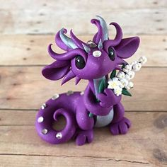 Purple dragon with flowers - by Dragons&Beasties Polymer Clay Dragon, Polymer Clay Figures, Cute Polymer Clay, Polymer Clay Animals, Cute Clay, Polymer Clay Miniatures, Polymer Clay Projects, Polymer Clay Charms, Polymer Clay Creations