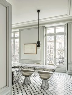Paris apartment living at its best when crafted by the French design genius architect Joseph Dirand. Stunning Parisian home tour on Avenue Montaigne. Parisian Apartment, Paris Apartments, Dream Apartment, Apartment Living, Classic Interior, Home Interior, Interior Design Kitchen, Interior Architecture, Bathroom Interior