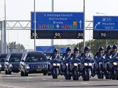 Woensdag 23 juli: Rouwstoet van veertig auto's rijdt over de A27 ter nagedachtenis aan de overleden inzittenden van vlucht MH17.