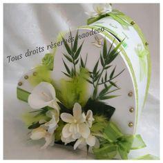 Une très jolie urne de mariage ou autre cérémonie forme coeur blanche et vert anis  le thème zen, nature , garnie d'un bouquet d'arums et orchidées, feuilles de bambou, ruban  - 19445457