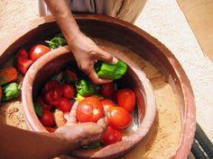 Le Zeer est le frigo du désert. Il peut nous aider à faire des économies d'énergie. Un moyen intéressant de conserver les fruits & légumes particulièrement... qui nous vient de la culture africaine ancestrale.