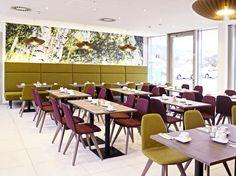 Entdecken Sie das ökologische und innovative Eco-Suite Hotel in Salzburg. Sie können einen Einblick in die moderne Architektur sowie Arbeitsweise bekommen. Conference Room, Table, Furniture, Home Decor, Modern Architecture, Decoration Home, Room Decor, Tables, Home Furnishings