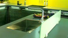 Οι περισσότεροι θυμόμαστε ενάν μεγάλο διπλό νεροχύτη στην κουζίνα του σπιτιού που μεγαλώσαμε. Ωστόσο πλέον η αισθητική και οι απαιτήσεις έχουν αλλάξει, το πλυντήριο πιάτων εδώ και πολλά χρόνια έχει κάνει το πλύσιμο στο χέρι παρελθόν για τους περισσότερους (ευτυχώς θα πούμε εμείς), οι χώροι είναι ίσως λίγο πιο περιορισμένοι, η κουζίνα δεν είναι σε […] The post Νεροχύτης κουζίνας – το μέγεθος μετράει; appeared first on ELITON έπιπλα κουζίνας, ντουλάπες υπνοδωματίου και λύσεις για το σπίτι. Stove, Sink, Kitchen Appliances, House, Ideas, Home Decor, Sink Tops, Diy Kitchen Appliances, Home Appliances