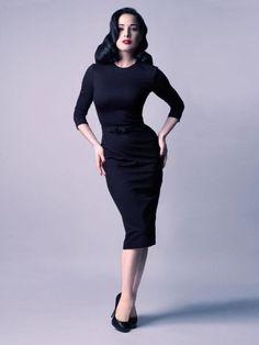 Dita Von Teese con abito nero