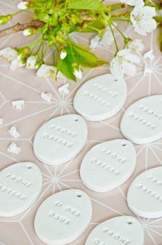 Schnelles Oster-DIY - minimalistische Oster Dekoration selbermachen - Osterei-Anhänger aus Modelliermasse mit Buchstaben-Stempeln prägen | http://luzapimpinella.com