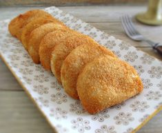 These meat rissoles can be presented as an appetizer at a party or, at a lunch or dinner served with carrot rice and tomato salad! Magic Cake Recipes, New Recipes, Portugal, Chicken Croquettes, Appetizer Recipes, Appetizers, Chicken Recepies, Portuguese Recipes, Fries In The Oven