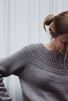 Crochet Patterns Sweter Anker's Sweater is worked top-down. The yoke consists of segments of rib stitc… Pull Crochet, Knit Crochet, Easy Knitting, Knitting For Beginners, Anchor Sweater, How To Purl Knit, Pulls, Knitting Patterns, Crochet Patterns