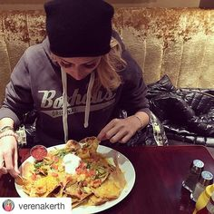 #Repost @verenakerth ・・・ Jemand auch Bock auf Nachos?  Ich liebe sie so sehr! @hardrockmunich  #hardrockcafe #münchen #Nachos #food #foodgasm #foodporn #yummy #weekend #cheatday #nodiet #missfreibad #hunger #hungry #boxhaus #fashion #instafashion