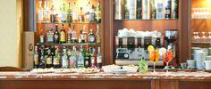Hotel de la Ville ha pensato ad una soluzione per allietare le vostre sere a Vicenza, semplice ma genuino, con la stessa grande qualità del nostro ristorante ma con un servizio più veloce ed informale. Il menu del bar è caratterizzato da una ampia scelta di bruschette, sandwiches, insalate ed altri snack curiosi. Il Bar è aperto tutti i giorni fino a mezzanotte.