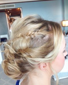 Sweet Bride and her lovely Romantic Updo.   Penteado Romântico
