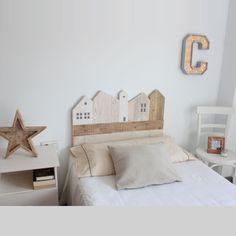 Tête de lit en bois naturel pour une chambre d'enfant, personnalisable, fait main, disponible en plusieurs tailles. Dimensions : 58 cm d'hauteur pour 90cm de largeur (idéal pour lit de 80/90cm), et une épaisseur de 4 cm