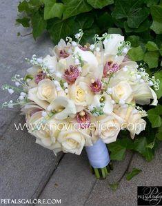 Ramo de novia romántico con rosas y orquídeas blancas acompañadas de lirios del valle