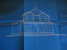 Maison créee par le designer Philippe Starck, en 1994, pour le catalogue les 3 Suisses Philippe Starck, en dessinant cette maison pour les 3 Suisses en 1994, a voulu, une nouvelle fois, se servir de la mémoire collective. Maison faite de bois, ouverte sur l'extérieur par des fenêtres occupant toute la longueur des murs, elle devait être la première d'une série créée par de grands architectes ( Franck Gehry, Aldo Rossi...) en utilisant à chaque fois des matériaux différents.