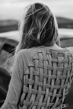 really cool way to transform an old boring shirt into something fun! Via Sortrature Cool DIY T shirt Redesign Ideas T-Shirt Custom Trends Make Your Own Sweatshirt, T Shirt Diy, Diy Sweatshirt, Diy Tshirt Ideas, Sweater Shirt, Diy Ideas, Shirt Hair, Gray Sweater, Grey Cardigan
