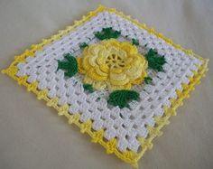 NEUEN Thread Gehäkelte Blume Topflappen gehäkelt aus Jahrgang 1950-Muster. Große schattige gelb irischen häkeln stieg mit grünen Akzenten und gelbe Kante. Quadratisch, Masse sechs Zoll über. Schleife auf der Rückseite zum Erhängen. Gehäkelt mit #10 häkeln Baumwolle und Stahlhaken.