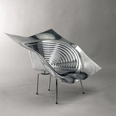 Ron Arad - No disciplineFauteuil Uncut, 1997 Feuille d'aluminium moulé sous vide. Piètement en acier inoxydable poli. Brut de démoulage de la chaise Tom Vac. Edité à 50 exemplaires. 83 cm x 98 cm x 89 cm